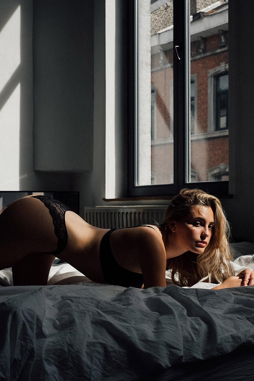 Девушка голову прижала рукой во время секса